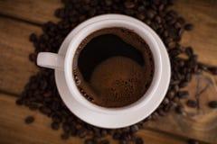 Schale schwarzer Kaffee auf hölzernem Hintergrund stockfotografie