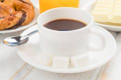 Schale schwarzer Kaffee auf Holz stockbild