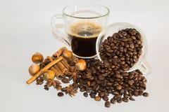 Schale schwarzer Kaffee, Gewürze und Kaffeebohnen Stockfotos