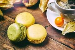 Schale schwarzer Kaffee mit französischen Makronen Lizenzfreie Stockfotos