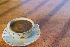 Schale schwarzer Kaffee morgens lizenzfreie stockbilder