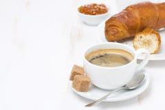 Schale schwarzer Kaffee und Hörnchen (mit Raum für Text) Lizenzfreies Stockfoto