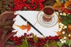 Schale schwarzer Tee in einem transparenten Glas Stockfotografie