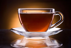Schale schwarzer Tee lokalisiert auf dunklem Hintergrund Stockbild