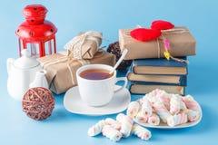 Schale schwarzer Tee und alte Bücher Lizenzfreies Stockfoto
