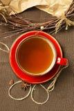 Schale schwarzer Tee und Dekorationen Stockbild