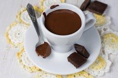 Schale starke heiße Schokolade auf einer Untertasse Lizenzfreie Stockfotografie