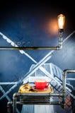 Schale und Hörnchen Coffe mit Bohnen auf Platte Lizenzfreies Stockfoto