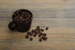 Schale und Kaffeebohnen Lizenzfreies Stockbild