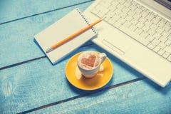 Schale und Laptop mit Anmerkung Stockfoto