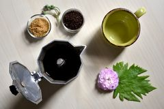 Schale und schwarzer Löffel mit Zucker und offenem moka Stockbild
