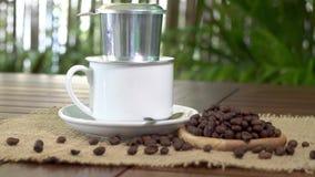 Schale vietnamesischer Kaffee mit phin und Kaffeebohnen auf Leinwand stock footage