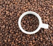 Schale voll Kaffeebohnen Lizenzfreie Stockfotos