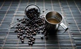 Schale von Coffe mit Kaffeebohnen lizenzfreie stockfotos