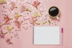 Schale von coffe und Frühlingsgruß mit einem Stift, Blumenzusammensetzung Draufsicht, flache Lage Platz für Text, copyspace Stockfotografie