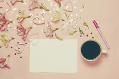 Schale von coffe und Frühlingsgruß mit einem Stift, Blumenzusammensetzung Draufsicht, flache Lage Platz für Text, copyspace Stockbilder