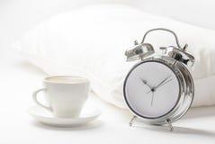 Schale von coffe und von Wecker Stockbild
