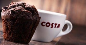 Schale von Costa Coffee-Kaffee und -muffin Stockfotografie