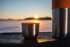 Schale von der Thermosflasche bei Sonnenuntergang Lizenzfreies Stockfoto