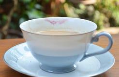 Schale weg vom Kaffee mit Lippenstift lizenzfreies stockfoto