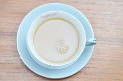 Schale weg vom Kaffee mit lipstic der Frau stockfotografie