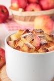Schale Weizenbrotpudding mit Äpfeln stockbilder