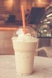 Schale zum Mitnehmen Eiskaffee auf Holztisch Stockfotografie