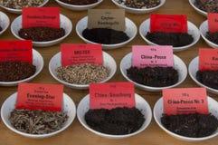 Schalen, die Mischungen des Tees enthalten Stockbild