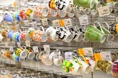 Schalen hängen am Einkaufsbehälter im Karussellgrossmarkt Stockfotografie