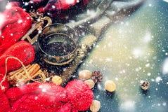 Schalen-heißes Tee-Dampf-Rot gestrickte Stoff-Winterzeit lizenzfreie stockbilder