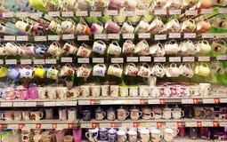Schalen im Supermarkt lizenzfreie stockbilder