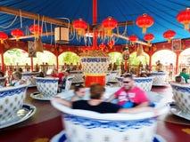 Schalen-Karussell Funfair des Leutespaßes großer stockfoto