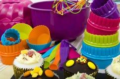 Schalen-Kuchen und Kochgeräte Stockfoto