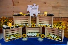 Schalen-Kuchenanzeige an der Hochzeit lizenzfreie stockfotografie