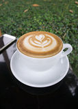 Schalen Lattekunstkaffee auf schwarzer Tabelle Stockbilder