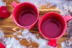 Schalen mit Tee auf einem Behälter, Valentinsgruß ` s Tag Lizenzfreies Stockbild