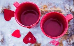 Schalen mit Tee im Schnee, Valentinsgruß ` s Tag Lizenzfreies Stockbild