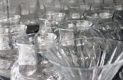 Schalen und Gläser gemacht vom Kristallglas stockbild