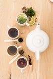 Schalen und Teekanne auf einem hölzernen Brett lizenzfreies stockfoto