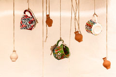 Schalen und Tongefäße, die an den Seilen, am Design und am Innenraum hängen Lizenzfreie Stockfotografie