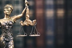 Schalen van Rechtvaardigheid, Dame Justice en Wetsboeken op de achtergrond royalty-vrije stock fotografie