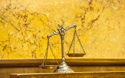 Schalen van Rechtvaardigheid in de Rechtszaal royalty-vrije stock foto's