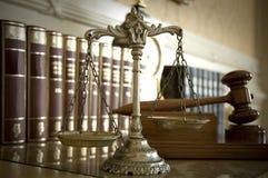 Schalen van Rechtvaardigheid en de hamer van de Rechter `s stock foto