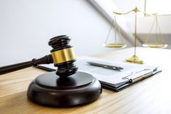 Schalen van rechtvaardigheid en Hamer op klinkende blok, voorwerp en wet BO royalty-vrije stock afbeelding