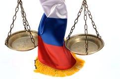 Schalen van Rechtvaardigheid en Russische Federatievlag Royalty-vrije Stock Afbeelding