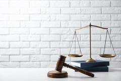 Schalen van rechtvaardigheid, houten hamer en boeken stock afbeelding