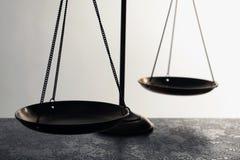 Schalen van rechtvaardigheid op lijst, close-up Stock Afbeelding