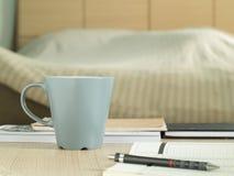 Schalenbecher auf dem Tisch im Schlafzimmer lizenzfreies stockbild