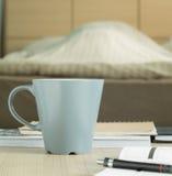 Schalenbecher auf dem Tisch im Schlafzimmer stockbilder
