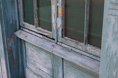Schalenfarbe auf altem Fenster Stockfotografie